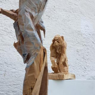 Sägewesen, Elsa Nietmann, Affe (Eiche, h: ca. 25 cm) u. Vogelmädchen (Quitte, Ölfarbe, h: ca. 70 cm)
